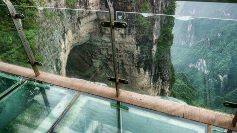 Çin'de 100 metrelik cam tabanlı köprünün camları parçalandı bir kişi mahsur kaldı