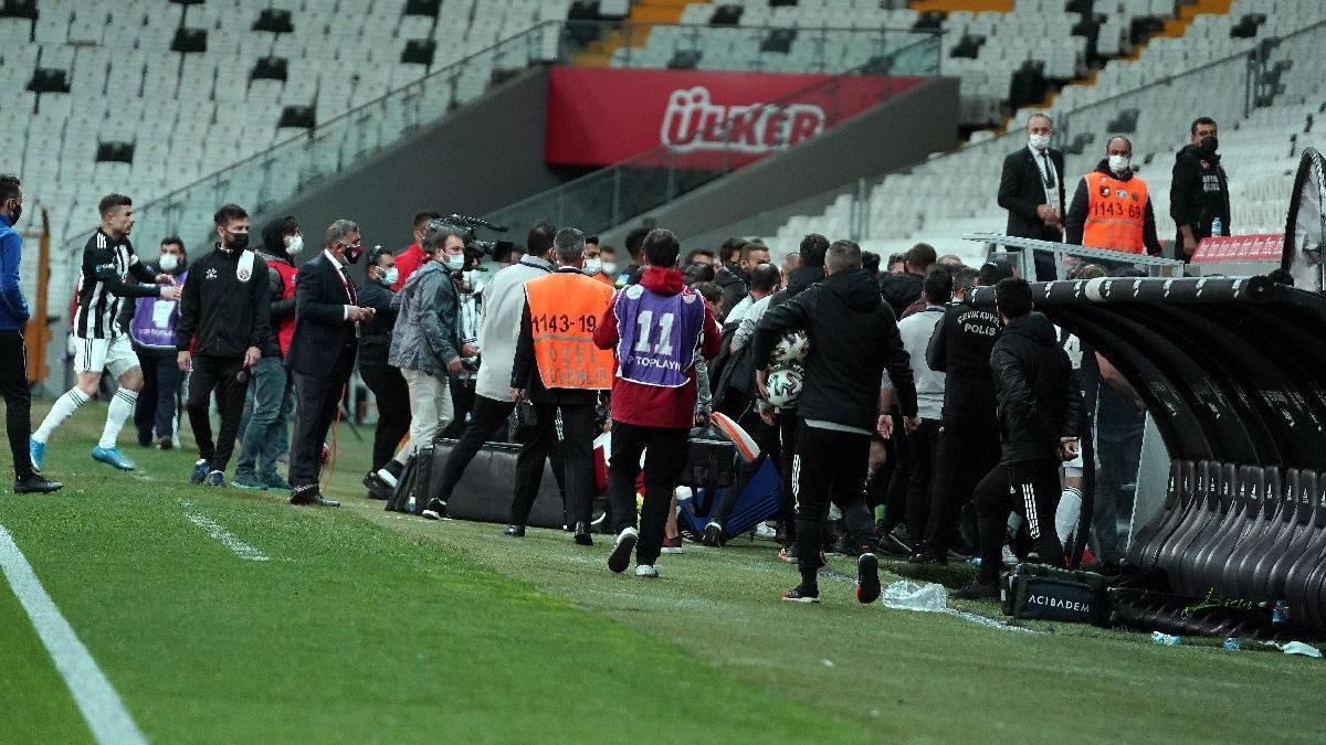 Beşiktaş'ta maç bitti, saha kenarı karıştı