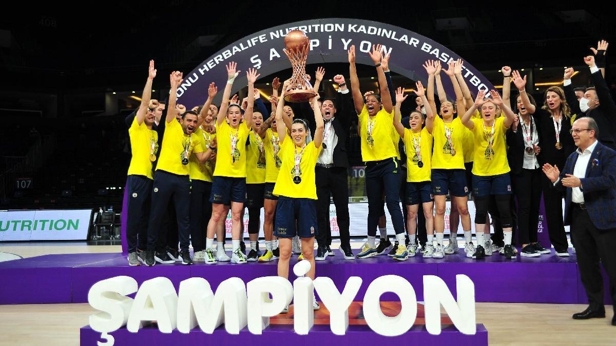 Galatasaray'ı deviren Fenerbahçe namağlup şampiyon!