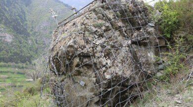 Köylüler diken üstünde... 350 tonluk kayadan çelik halatla korunuyorlar
