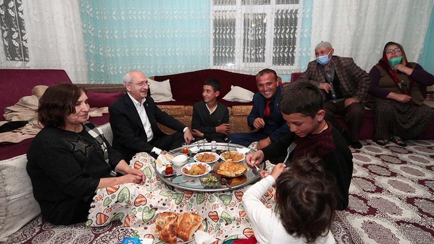 Kemal Kılıçdaroğlu, Çubuk'ta linç girişiminde kendisine evini açan aileyle iftar yaptı