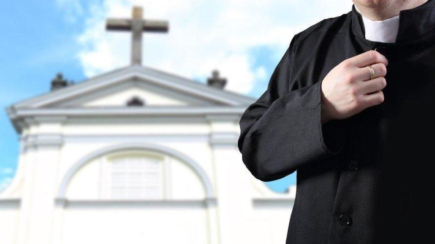 Polonya'da rahip skandalı! Soyunma odasında kamera kaydetmiş