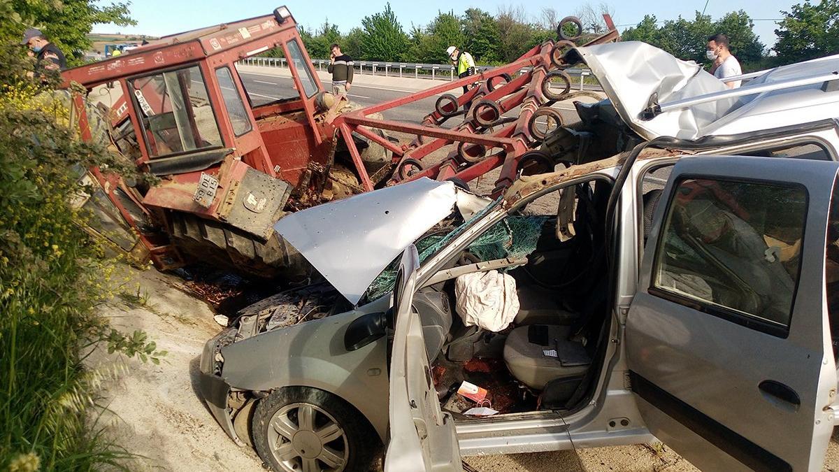 Otomobille çarpışan traktör 3 parçaya bölündü