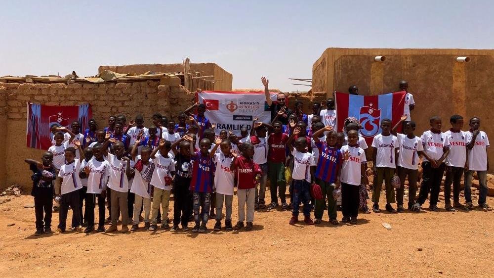 Trabzonspor taraftarından Sudanlı çocuklara 61 forma