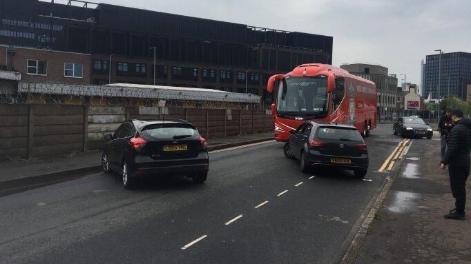 Manchester United taraftarı Liverpool otobüsünün lastiklerini patlattı