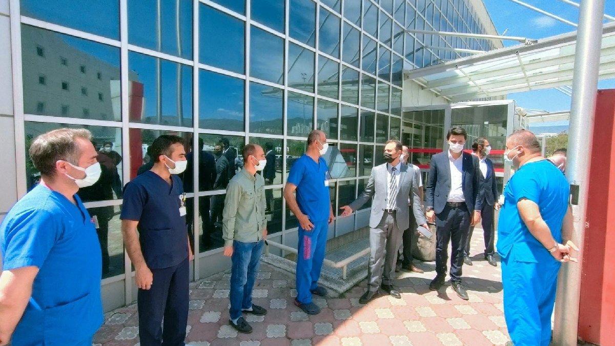 Sağlıkçılar AKP'li il başkanın önünde hazır kıta bekledi