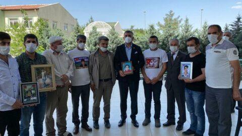 CHP heyeti 'evlat nöbetinde' olan Diyarbakır Annelerini ziyaret etti