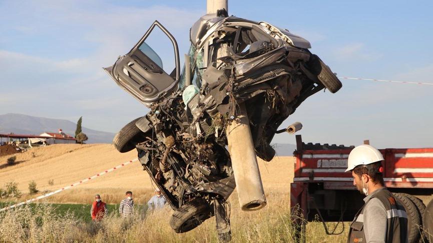 Feci kazada araç ikiye bölündü! Enişte ile kayınbirader hayatını kaybetti