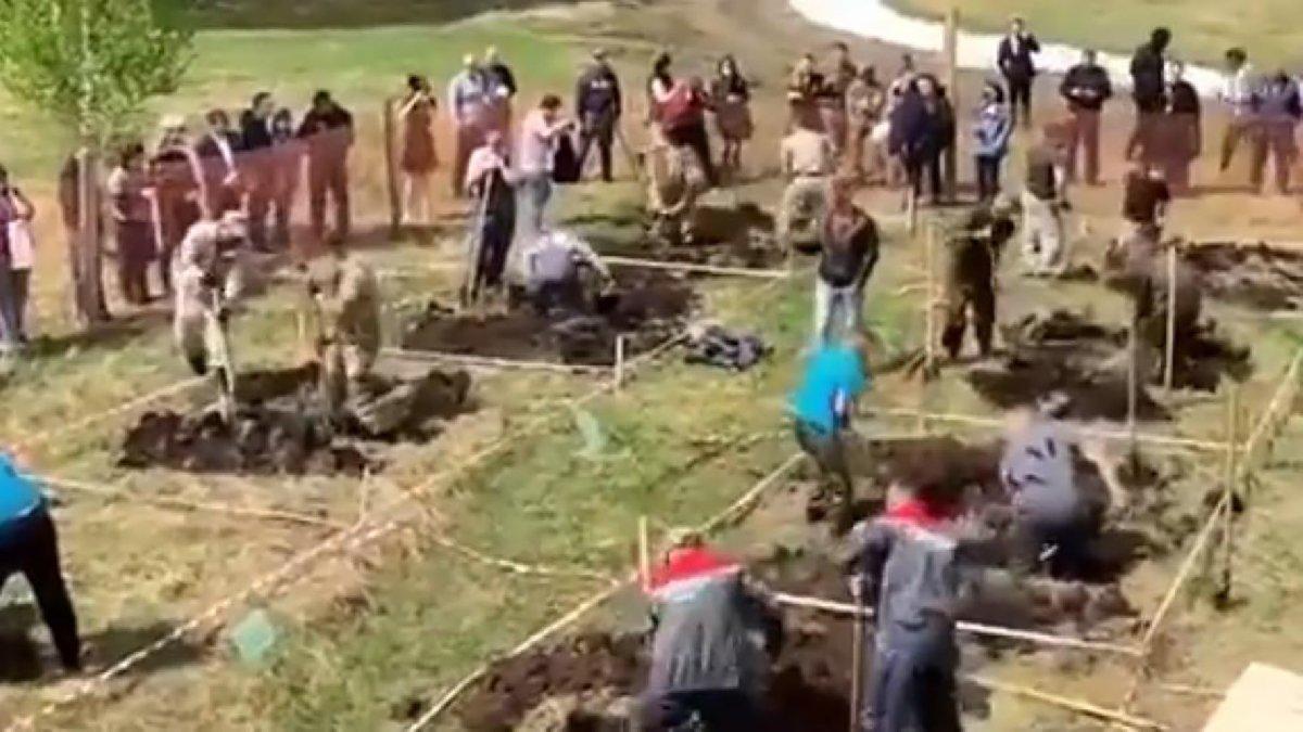 Coronayla mücadele eden Rusya'da en hızlı mezar kazma yarışı