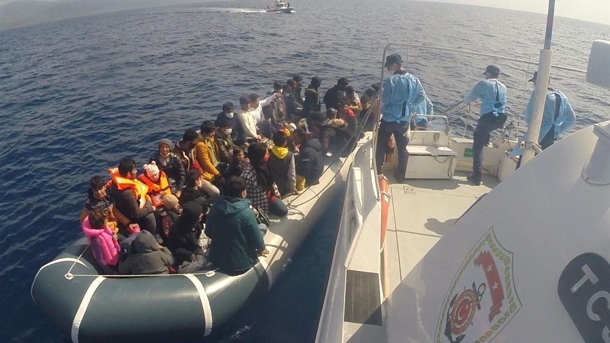 Yunanistan'ın bıraktığı onlarca kaçak göçmen Ayvacık'ta kurtarıldı