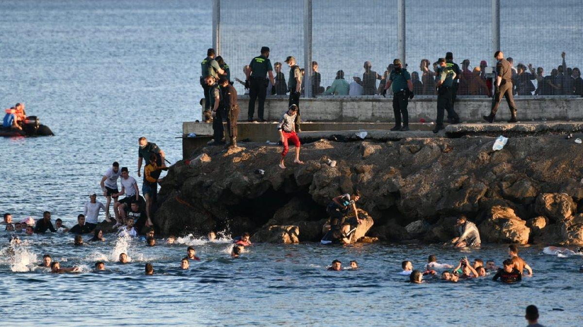 Avrupa'ya mülteci akını: Yüzerek ulaşıyorlar