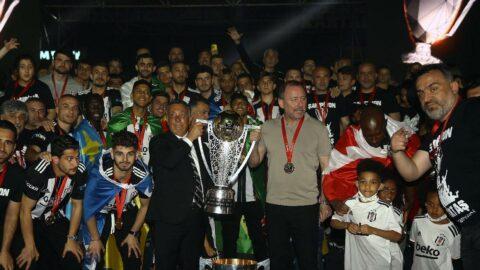Süper Lig'de 2020-2021 şampiyonu Beşiktaş kupasını aldı