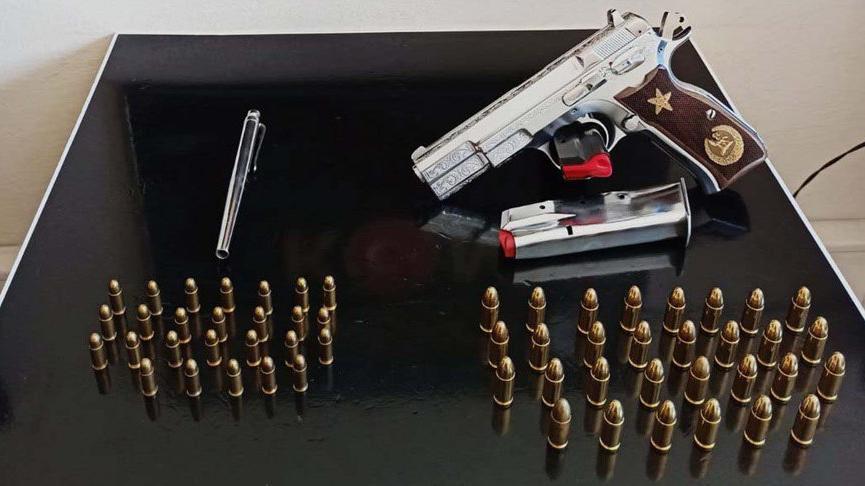 Suç örgütü operasyonunda suikast silahı kalem tabanca ele geçirildi