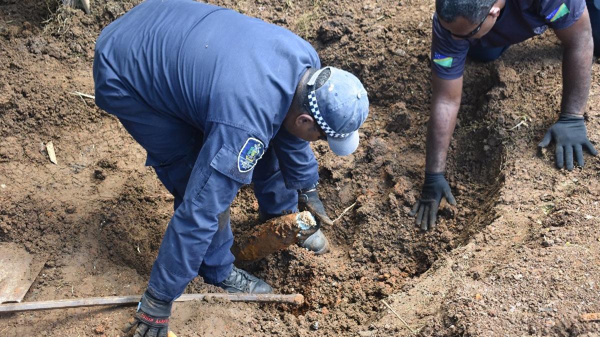 Bahçesinde 101 patlamamış bomba buldu
