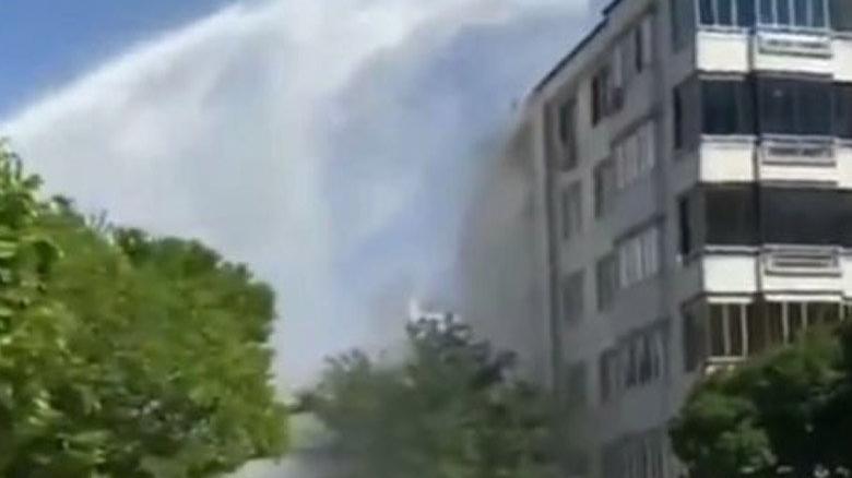 Su borusu patladı, tazyikli su 6 katlı apartman boyunu aştı
