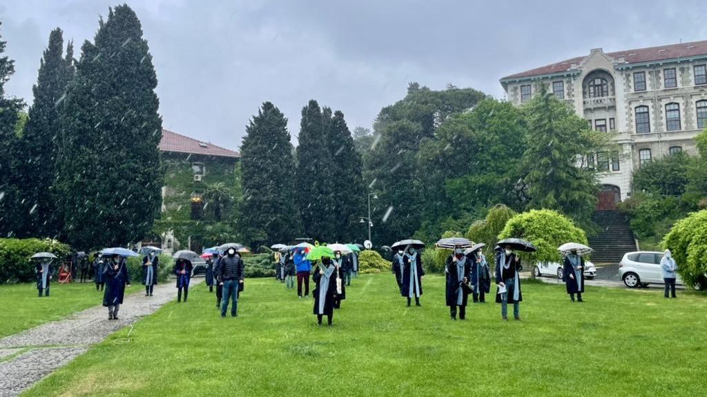 Sağanak yağmur altında rektör protestosu