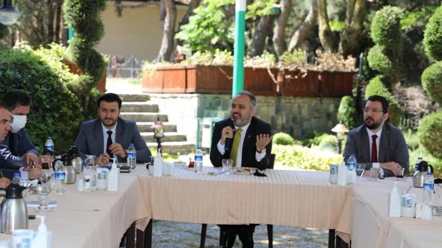AKP'li başkan gri pasaport iddialarını yanıtladı: Onore olsun diye 1-2 daire başkanı gönderdik