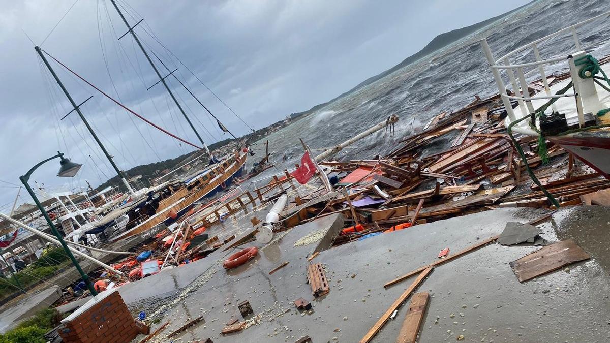Ayvalık'ta fırtına hayatı felç etti! Onlarca tekne battı, bir kişi denize düştü