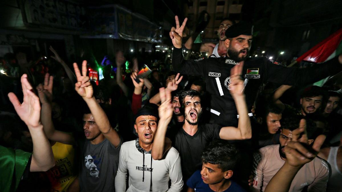 Ateşkesin ardından Gazze'de binler sokaklara döküldü... Hamas: Elimiz tetikte
