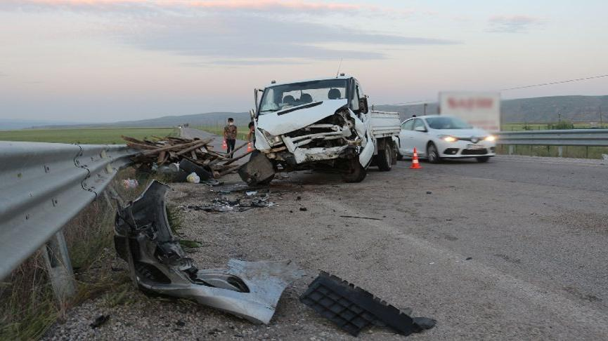 Lastiği patlayan kamyonet otomobille çarpıştı: 5 yaralı