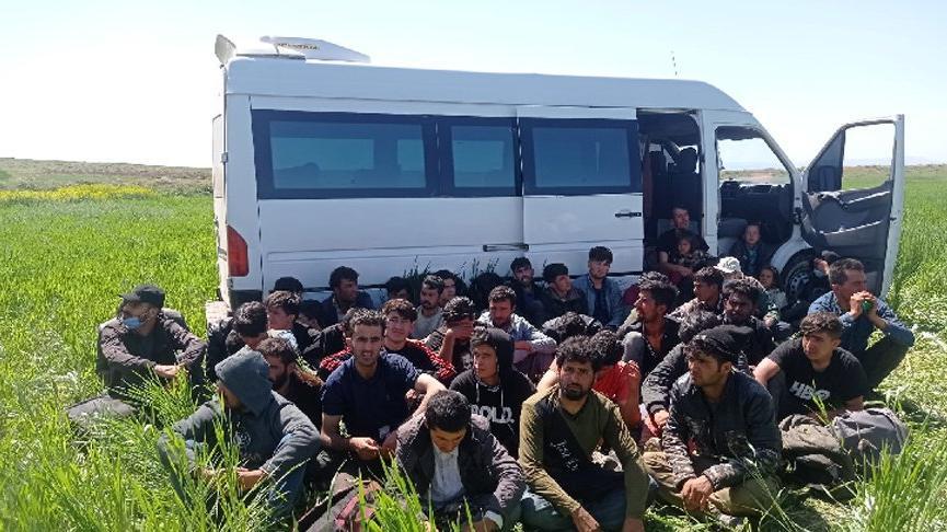 3'ü yaralı 47 kaçak göçmenin yakalandığı minibüsün sürücü tutuklandı