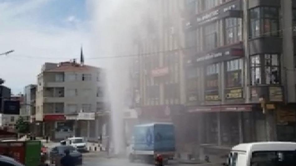 Su borusu patladı; su apartman yüksekliğine ulaştı