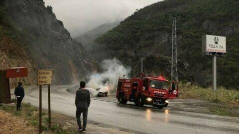 Artvin'de seyir halindeki otomobil alev alev yandı