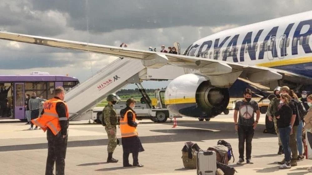 Belarus, yolcu uçağını zorla indirerek muhalif gazeteciyi gözaltına aldı
