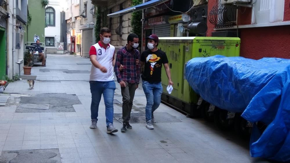 Taksim'de turistin telefonunu çalan hırsız yakalandı