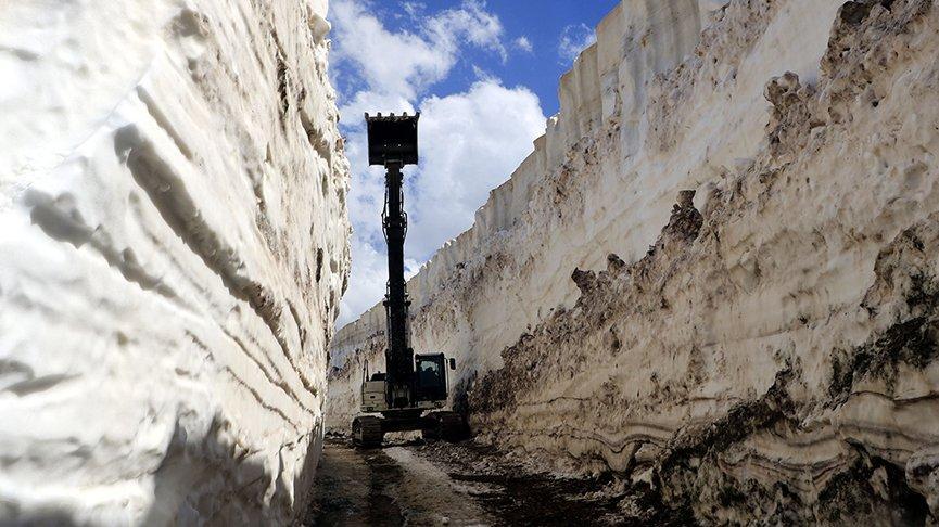 Yüksekova'da 8 metrelik karla mücadele