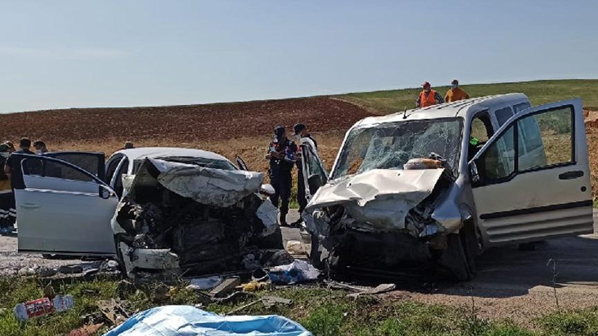 Feci kaza, iki araç kafa kafaya çarpıştı: Ölü sayısı 5'e yükseldi