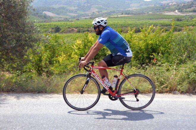 Tek bacakla bisiklet sürerek hayata tutunuyor
