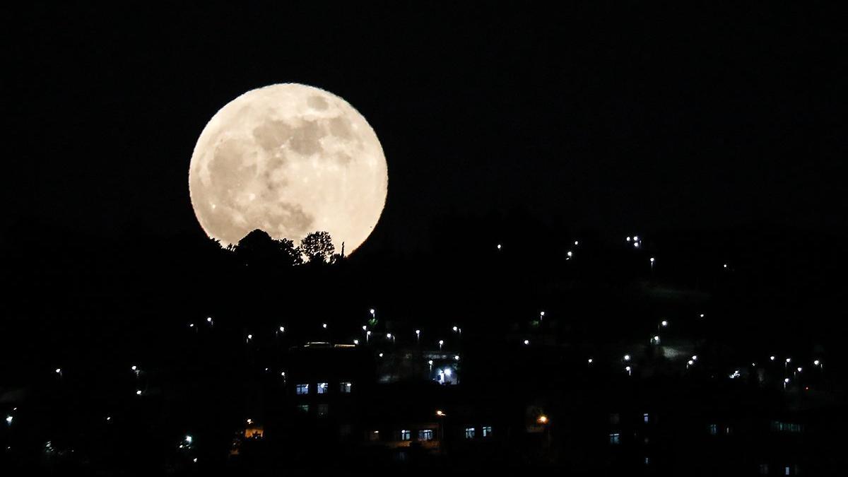 Gören hemen fotoğrafladı! Süper Kanlı Ay büyüledi