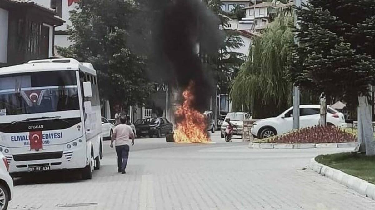 Ekonomik krize isyan eden esnaf dükkanındaki sandalyeleri yaktı