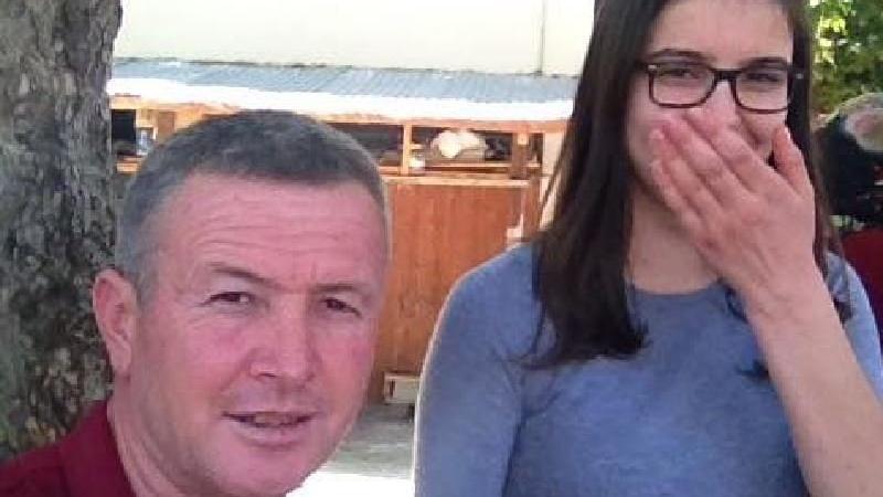 Genç kız annesinden boşanmak isteyen babasını öldürdü