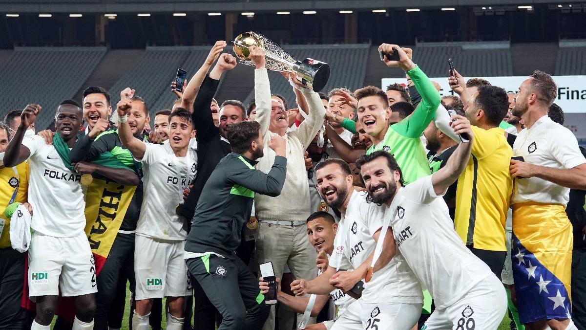 'Büyük' Altay'ın 'Büyük' Mustafa'sı... Mustafa Denizli 41 yıl sonra İzmir ekibiyle kupa kaldırdı
