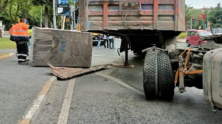 Vatan Caddesi'nde tonlarca ağırlıktaki beton blok kaldırıma düştü