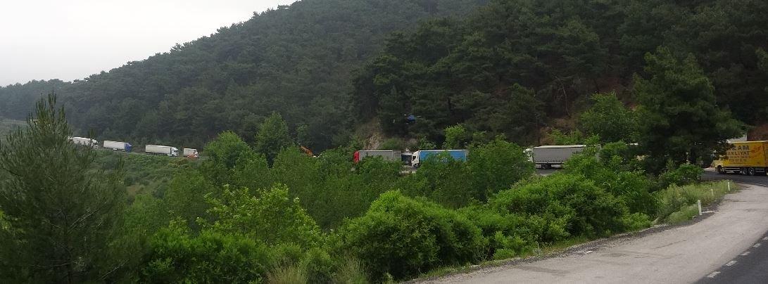 Şasisi kırılan TIR ulaşımı durdurdu, yol 11 saattir kapalı