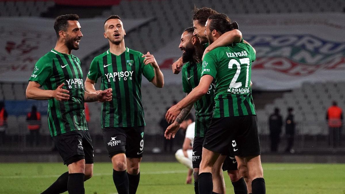 Sakaryaspor'u 4-0 yenen Kocaelispor 11 yıl sonra TFF 1. Lig'e yükseldi
