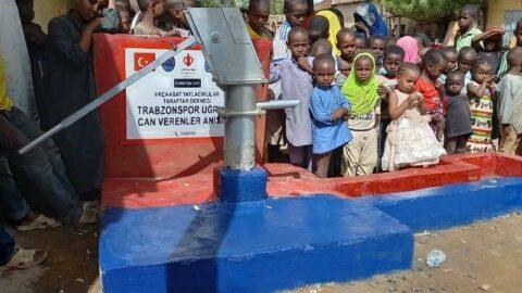 Kamerunluların 'bordo-mavi' su kuyusu sevinci