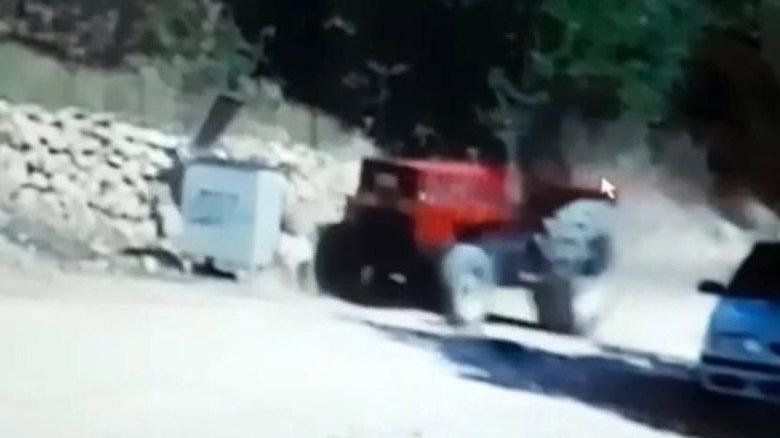 Ailesine yardım için geldi, traktörün altında kaldı