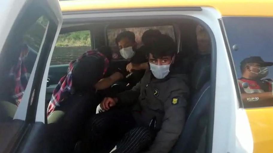 Durdurulan 2 taksiden 13 kaçak göçmen çıktı