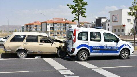 Dur ihtarına uymayan sürücü otomobiliyle polis aracına çarptı: 1'i polis, 4 yaralı