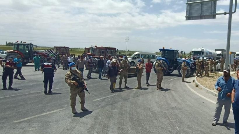 Çiftçiler 'Aç kaldık' diyerek traktörleriyle yol kesti