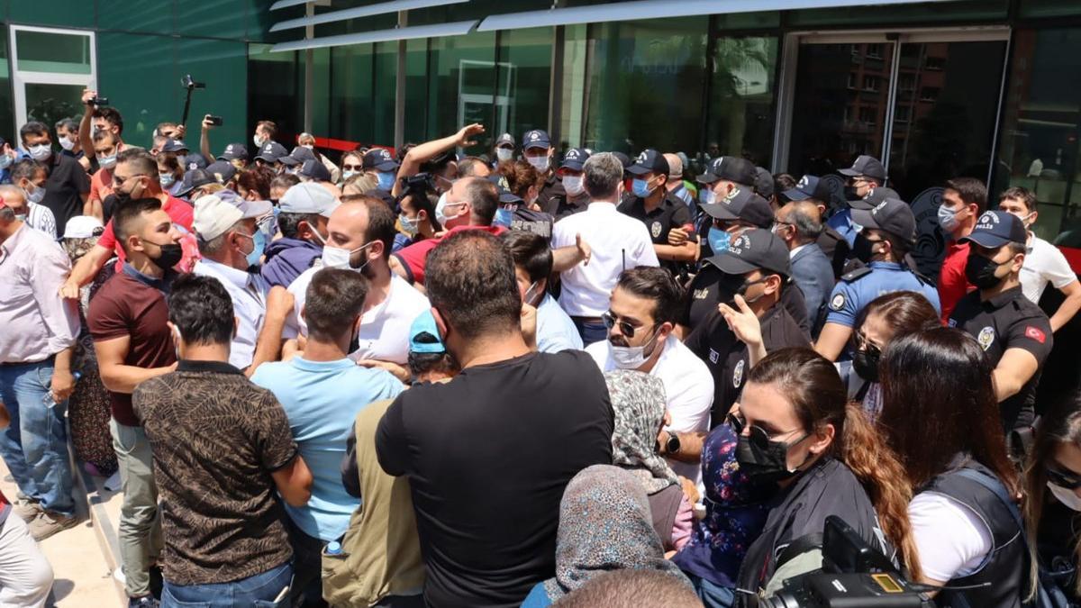 Eylemci köylüler hükümet binasına yürüdü, polisle arbede yaşadı