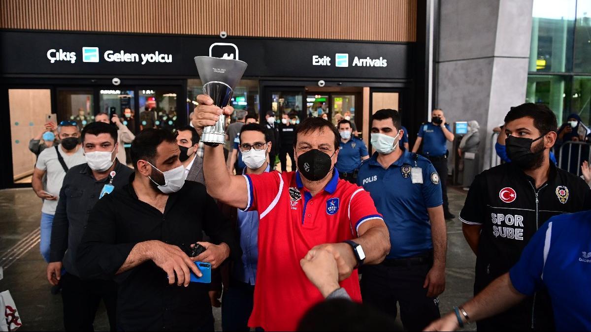 Euroleague şampiyonu Anadolu Efes yurda döndü!