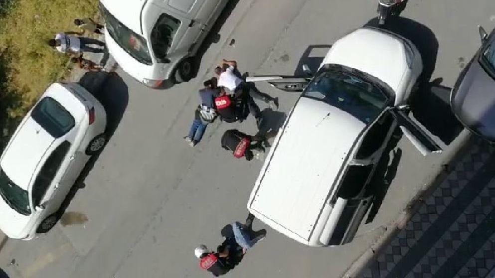 Polis yere dökülen uyuşturucuyu süpürge ve kürek ile topladı