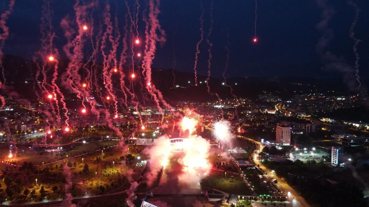 Bursaspor taraftarı, kulübün kuruluş yıl dönümünü meşalelerle kutladı