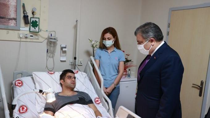 Bakan Koca'dan bıçaklı saldırıda yaralanan doktora ziyaret