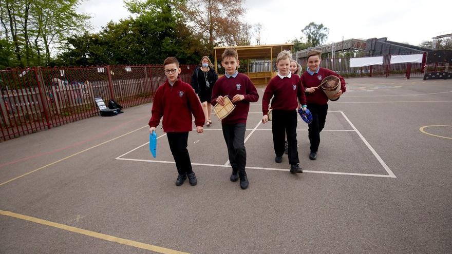 İngiltere'de eğitime geri dönüş projesi: Arayı kapatmak için ders süreleri uzayacak
